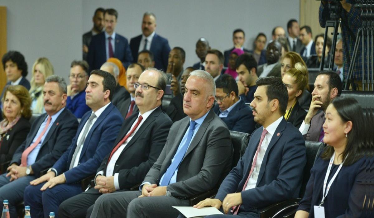 Bakan Ersoy: 'Türkiye Mezunları Derneklerini Gerçekten Önemsiyoruz'